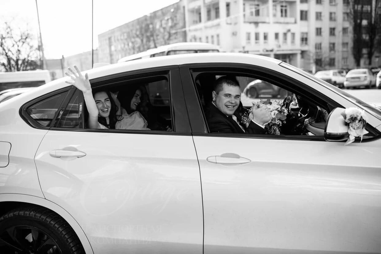Авто на свадьбу Белгород. Машина на свадьбу BMW X6 белого цвета. Свадебный кортеж одинаковых машин бизнес класса. Машины на свадьбу Белгород. Прокат лимузинов. Авто на свадьбу. Лимузин Белгород.